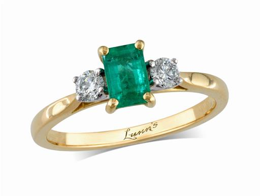18 carat yellow gold three stone ring, with an octagonal cut emerald centre weighing 0.44ct, and one brilliant cut diamond on each shoulder. Total diamond weight: 0.15ct.